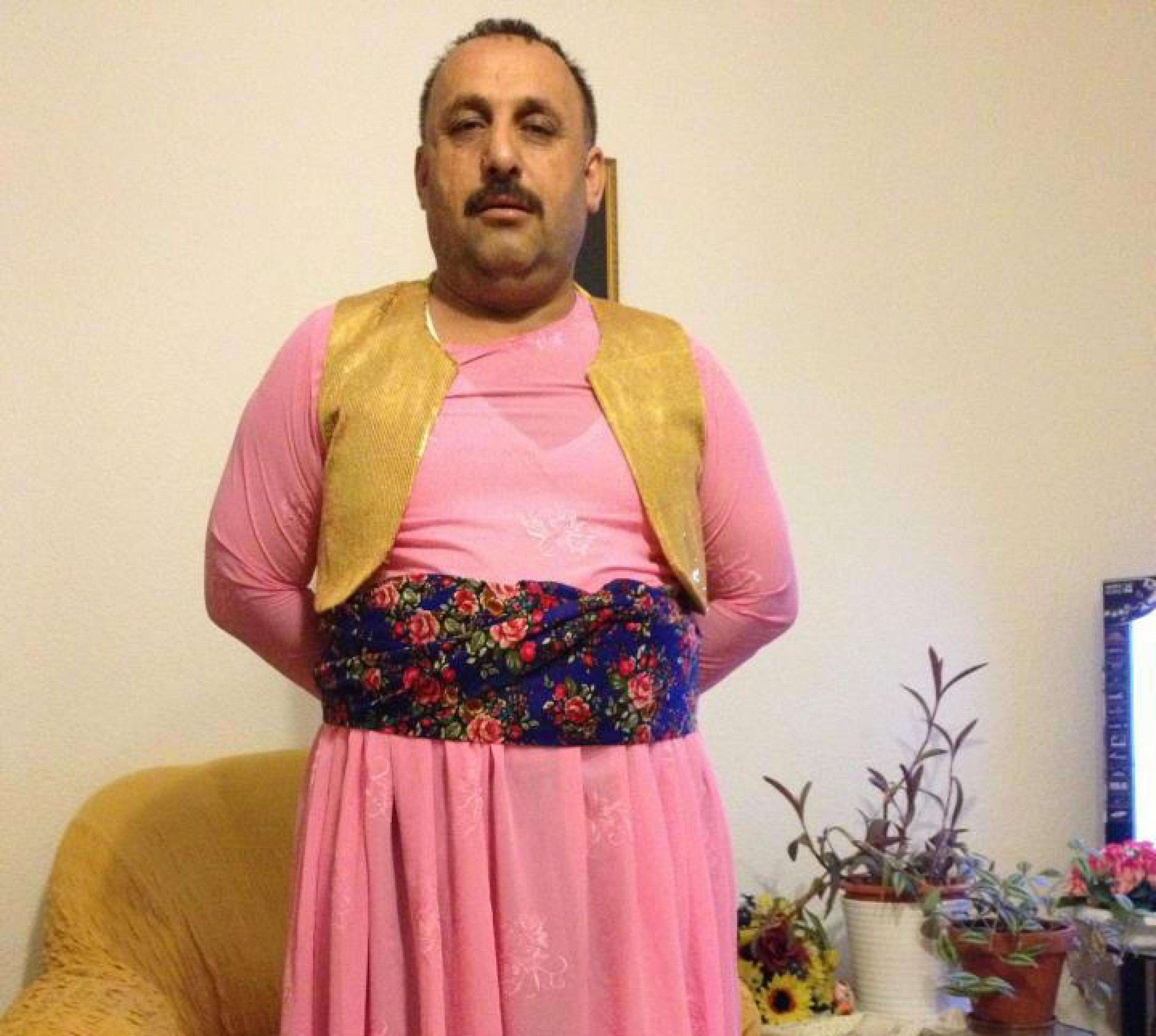 бабы одевают парней в женскую одежду