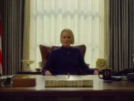 Claire Underwood sidder ved Spaceys bord i trailer House of Cards-finalesæson